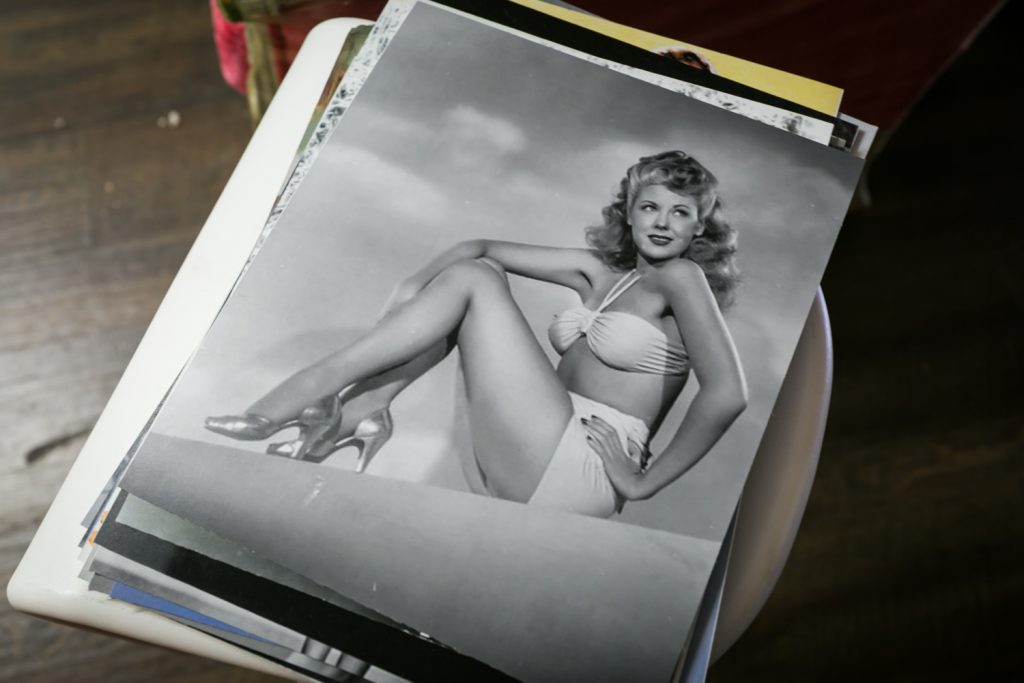 Photo of black and white photo of pinup model for article about free pinup photo session offer