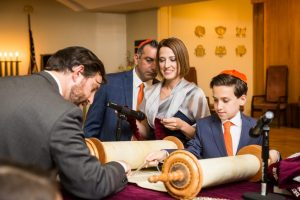 Temple rehearsal by bar mitzvah photographer, Kelly Williams